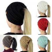 Bonnet de Laine Tricotée à Imprimés Colorés et avec Design Troué