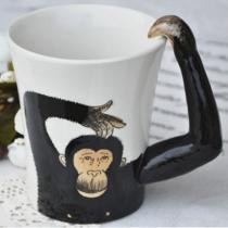 Orang-outan tasse de café à la main