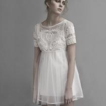 À manches courtes broderie taille haute blanc Robe plissée
