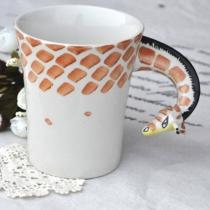 Girafe main tasse à café